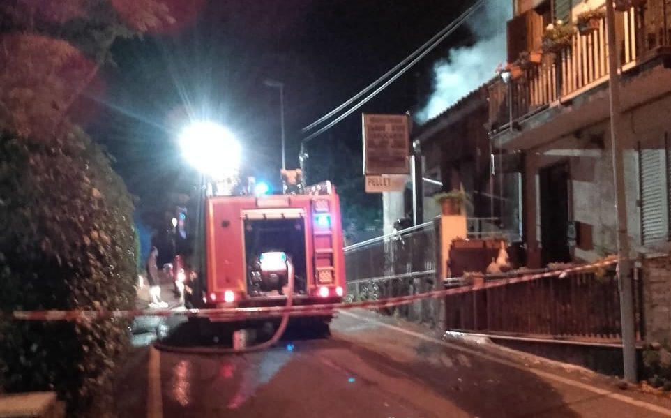 Ragalna, incendio nei locali di un mobilificio: ingenti i danni, ipotesi corto circuito