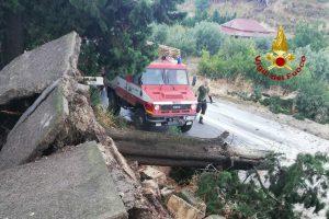 Bomba d'acqua tra Ramacca e Scordia: Vigili del fuoco salvano anziano in auto