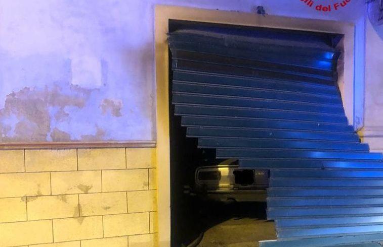 Scordia, 74enne trovato morto nel garage di un immobile in fiamme: ipotesi suicidio