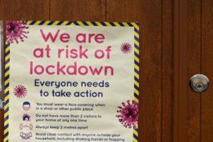 Coronavirus, a Manchester le autorità vietano le riunioni in casa tra famiglie diverse