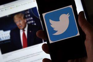 """Twitter ha annunciato di aver """"temporaneamente bloccato"""" l'account ufficiale della campagna elettorale di Donald Trump a causa di un tweet che conterrebbe """"disinformazioni"""" sul Covid-19. Si tratta di un messaggio in cui si ribadiva un'affermazione dello stesso presidente secondo il quale i bambini sarebbero """"quasi immuni"""" al coronavirus. Questo tweet """"viola le nostre regole sulla disinformazione sul Covid-19"""", ha detto all'Afp un portavoce della societa' con base a San Francisco, aggiungendo che """"al titolare dell'account e' richiesto di rimuovere il tweet"""" per poter tornare a twittare nuovamente. Precedentemente era stata Facebook a rimuovere il post con il video dell'intervista in cui Trump faceva la stessa affermazione sui """"bambini quasi immuni""""."""