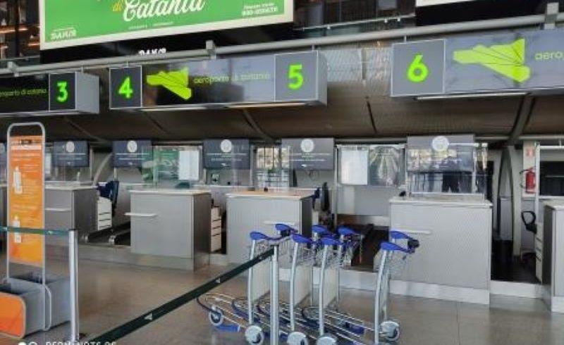 Catania, impiegato aeroporto chiedeva soldi per imbarcare bagagli pesanti: denunciato da un viaggiatore
