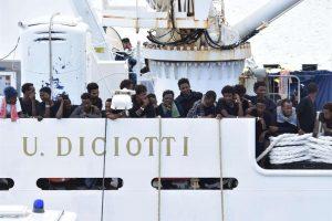 Migranti, Dda Palermo 'ferma' 18 persone per traffico di esseri umani: la base operativa era al Nord