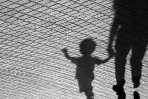 Catania, 39enne tenta di soffocare il figlio neonato perché piange: video lo inchioda. L'uomo è ai domiciliari