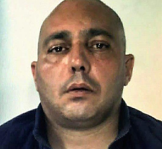 Caltagirone, condannato per omicidio si barrica in casa e minaccia di togliersi la vita: arrestato