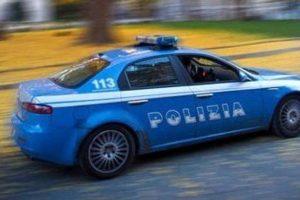 Catania, sparano con il fucile all'auto della Polizia che li insegue: tre persone arrestate