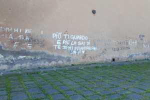"""Paternò, le 'bacheche murali"""" del Castello e della Chiesa Madre: collina storica in mano ai vandali"""