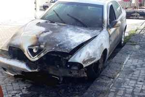 Adrano, auto incendiata in via Ugo Foscolo: distrutto l'abitacolo e il vano motore
