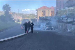 Paternò, auto prende fuoco in marcia vicino al Palazzo di ferro: paura per i due occupanti
