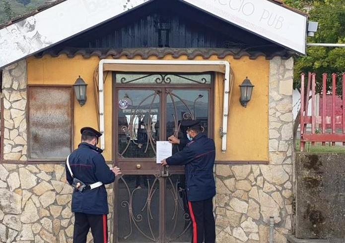 Palagonia, clienti dentro il bar a bere con gli amici: locale chiuso