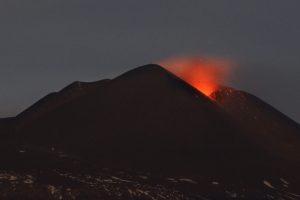 Etna, debole ripresa dell'attività stromboliana: moderata emissione di cenere