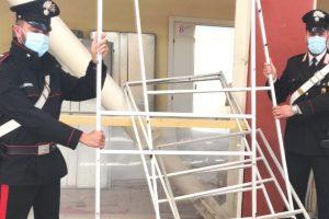 Ramacca, tenta di rubare 22 cabine elettorali da una scuola: 31enne arrestato