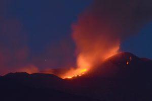 Etna, nuovo parossismo con fontana di lava: nessun impatto sull'aeroporto