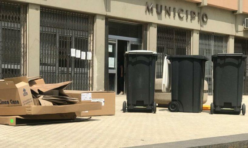 Adrano, cassonetti e cartoni davanti al Municipio: gli effetti del caos rifiuti