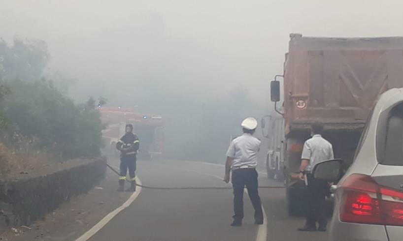 Paternò, in fiamme vasta area incolta lungo via Mongibello: fiamme lambiscono una cava