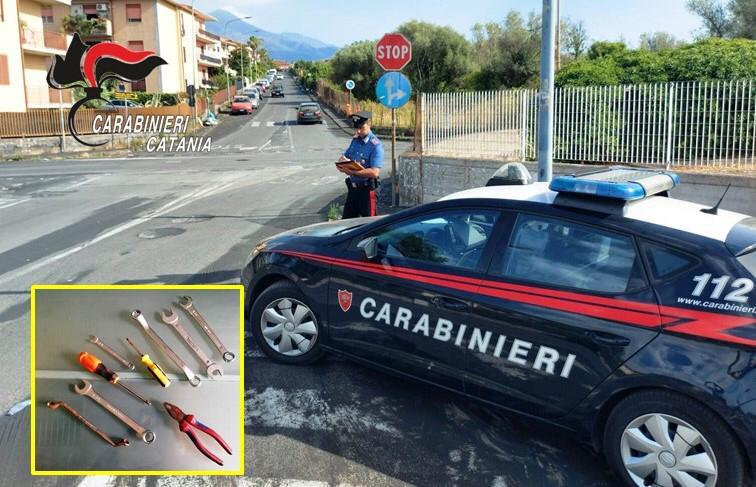 """Gravina di Catania, il suo """"magazzino ricambi"""" erano le auto in sosta: arrestato 22enne"""