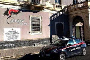 Catania, tenta con un complice di smontare un'auto rubata: nella fuga lascia il borsello con il documento