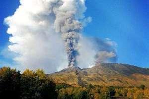Etna, spettacolare emissione di cenere dal cratere di nord-est: nube vulcanica alta 6 mila metri