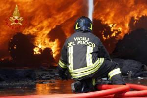 Sicilia in fiamme: la tragedia di Paternò per colpa degli 'incendi mafiosi'. Oggi allerta rossa per il caldo