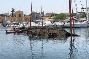 """Catania, relitto di 20 metri ripescato nei fondali del porto di Ognina. Falcone: """"Avanti a difesa dell'ambiente"""" (VIDEO)"""