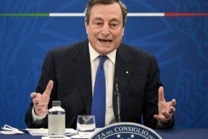 """Covid, Draghi dice sì a terza dose e vaccino obbligatorio: """"Governo va avanti non vedo disastri all'orizzonte"""""""