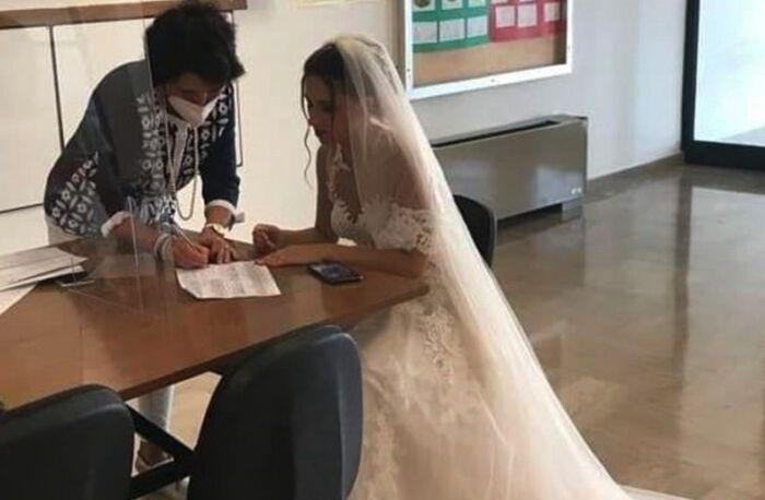 Firma il contratto di lavoro prima di andare a sposarsi: la foto fa il giro del web