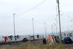 Paternò, l'area delle Salinelle trasformata in un campeggio: nel sito geofisico di rilevanza nazionale panni stesi e camper in sosta