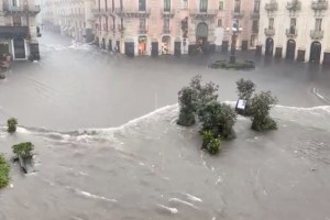 """Maltempo a Catania, sindaco Pogliese ordina la chiusura immediata di tutte le attività commerciali. Ai cittadini: """"Non uscite di casa"""""""