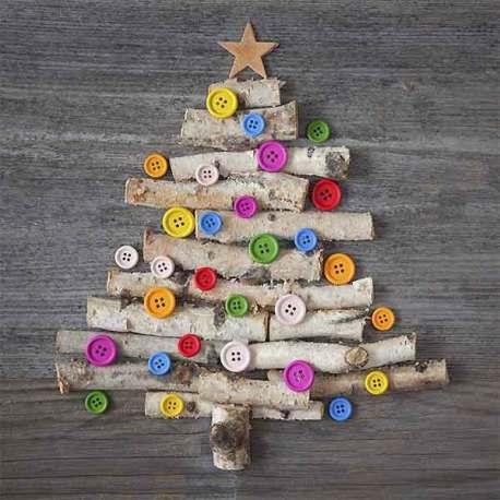 albero di natale realizzato con bottoni e legnetti