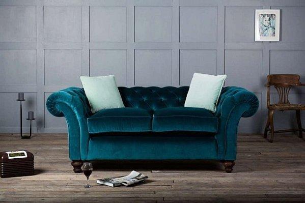 divano con rivestimento in velluto
