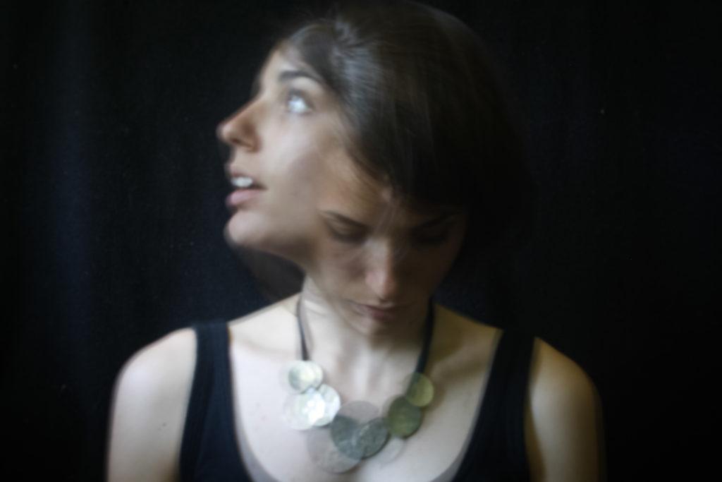 Ritratto di una giovane ragazza realizzato con la tecnica della doppia esposizione