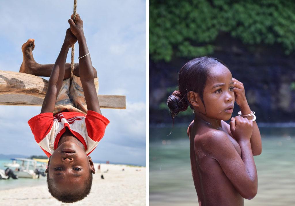 Due fotografie accostate di bambini asiatici che giocano sulla spiaggia