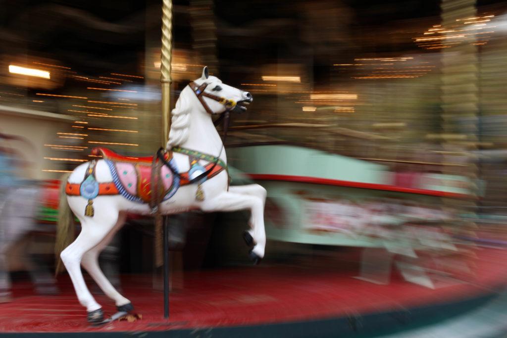 Cavallo bianco di una giostra in movimento
