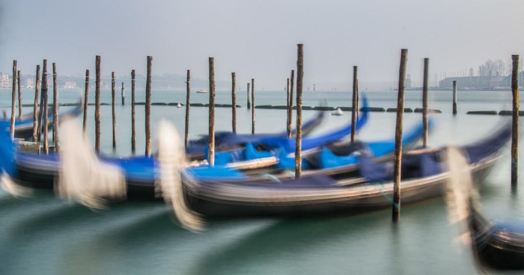 Gondole Veneziane di colore blu ancorate al molo