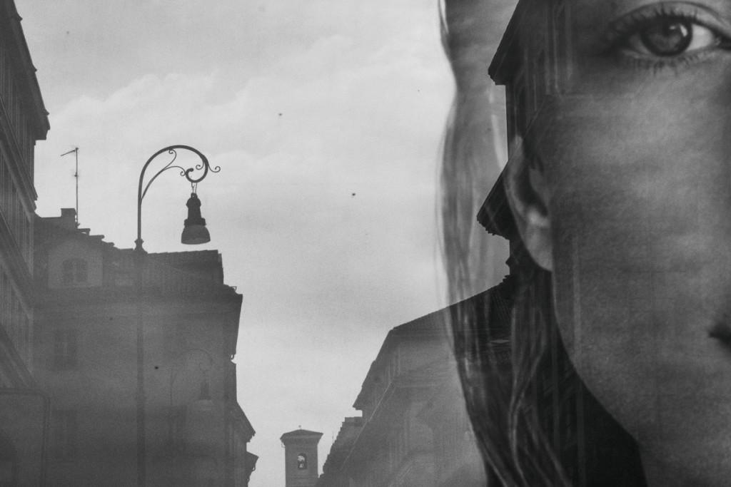 Riflesso su una vetrata del viso di una ragazza