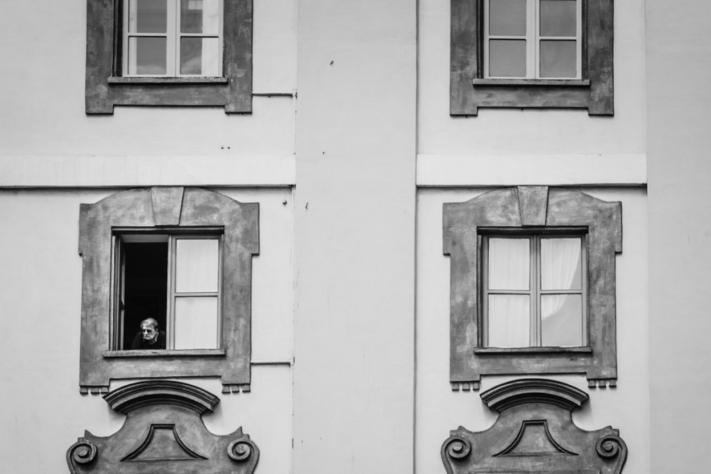 Signora affacciata alla finestra di un edificio storico