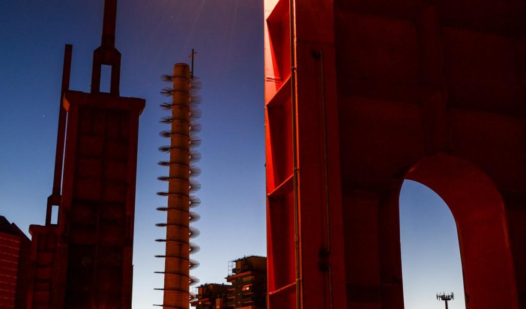 Strutture rosse in acciaio in Parco Dora a Torino