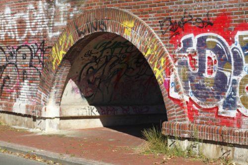 alter bemalter Brückenbogen aus Ziegelsteinen
