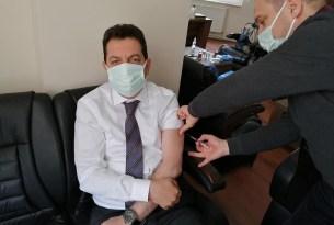 AK Partili başkan makamda aşı oldu!