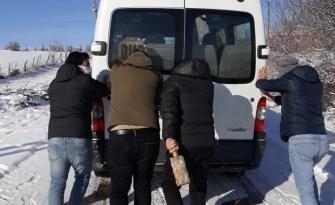 Karda kalan öğretmenler minibüsü itti!