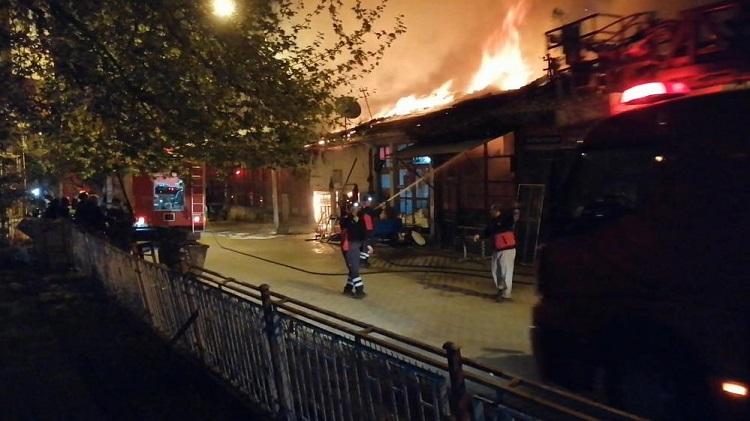 Korkutan yangında 4 dükkan yandı