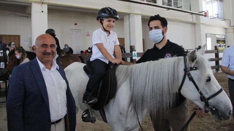Bayat'ta özel çocuklar ilk kez ata bindi