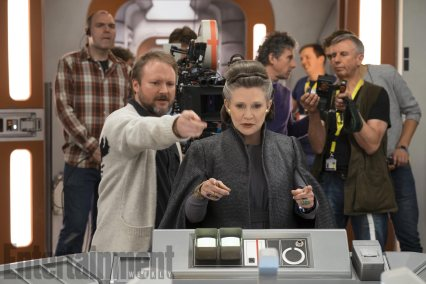 O director Rian Johnson com Carrie Fisher (Léia Organa) no set. Star Wars: Os Últimos Jedi. David James/ILM/© 2017 Lucasfilm Ltd.