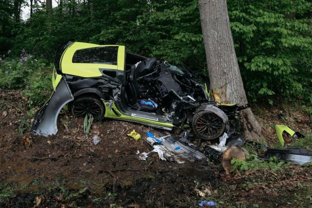 C7 Corvette Z06 Crashed Into Tree