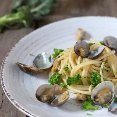 spaghetti con vongole e broccoletti