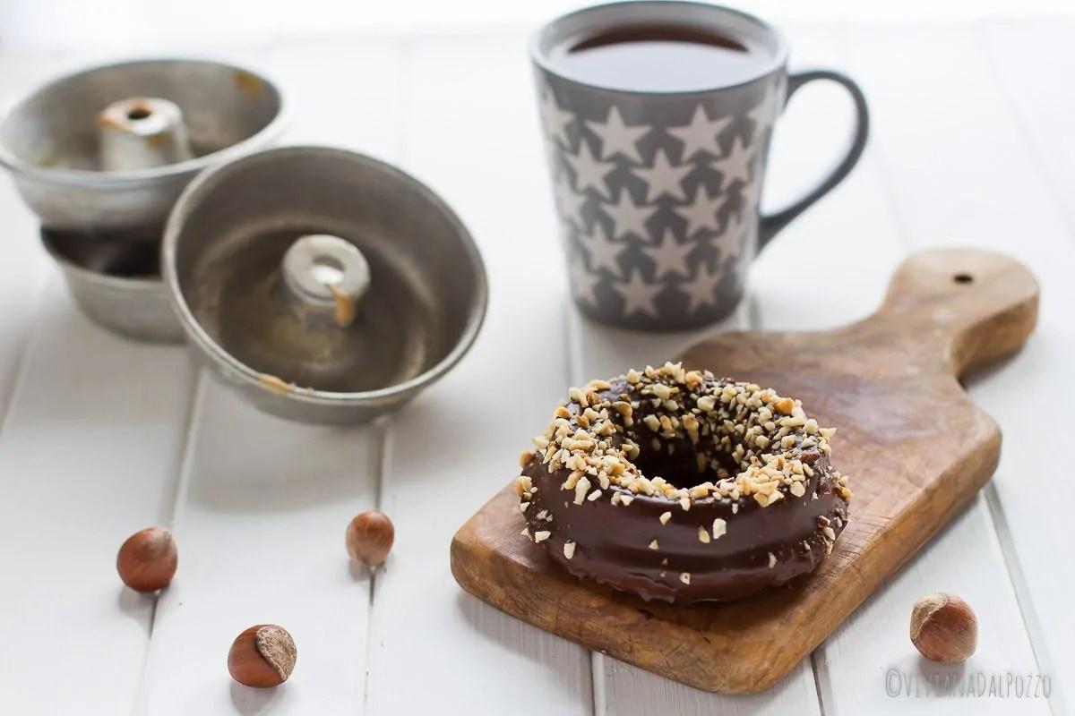 Ciambelline alla ricotta ricoperte di cioccolato e nocciole