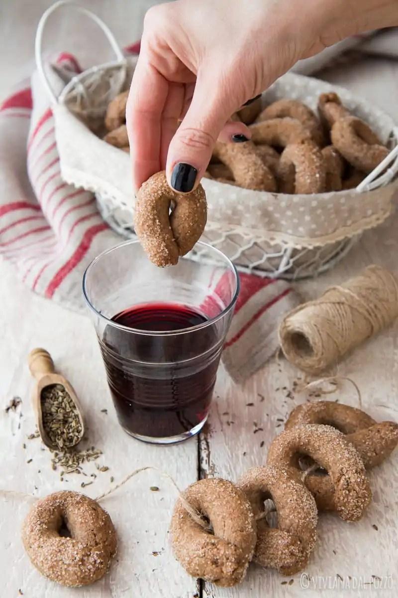 Taralli dolci integrali al vino rosso e semi di anice