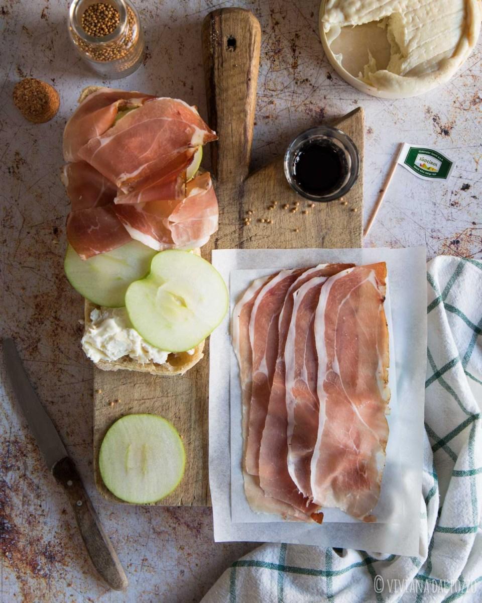 preparazione panino gourmet speck