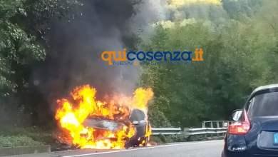 Photo of San Fili, auto divorata dalle fiamme sulla statale 107. Poi la forte esplosione
