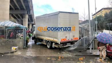 Photo of Cosenza: lite al mercato di via Asmara. Camion perde il controllo, un ferito